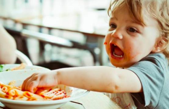 cómo enseñar a los niños a comportarse en la mesa