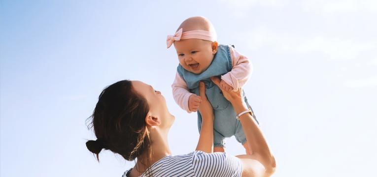parentalidade com apego mae com bebe ao colo
