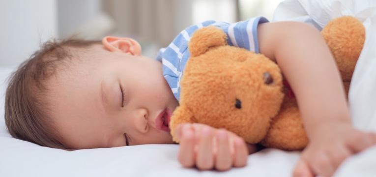 parentalidade com apego bebe a dormir