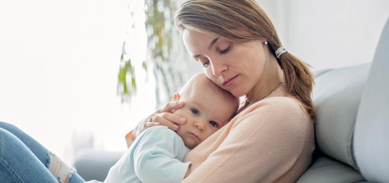 parentalidade com apego mae a dar carinho a bebe