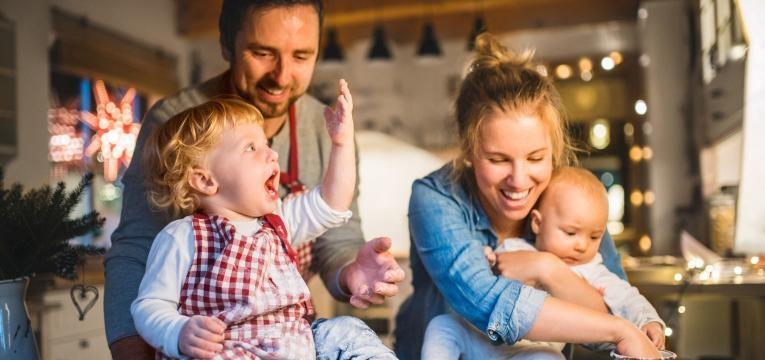 parentalidade com apego pais e filhos a brincar