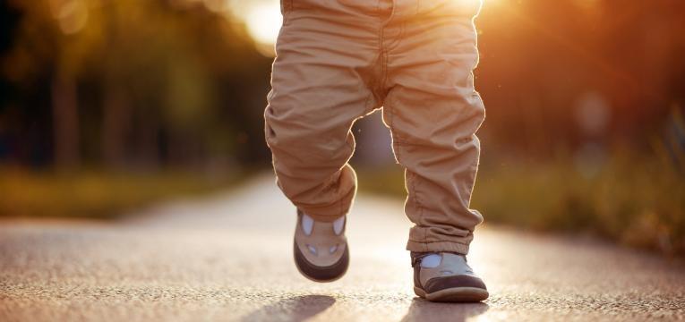 como estimular o bebe a andar bebe a caminhar