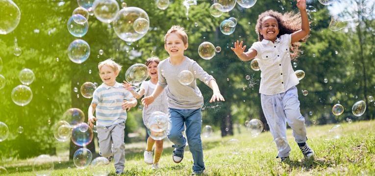 niños que juegan en el jardín en la edad del por qué